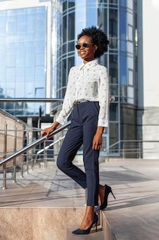 Distogliere lo sguardo femminile alla moda di angolo basso