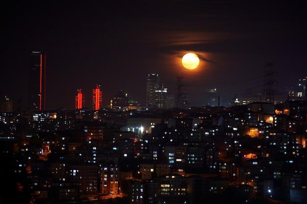 Distretto di istanbul fener di notte con la luna piena