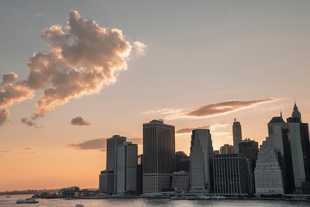Distretto finanziario di new york city con le nuvole