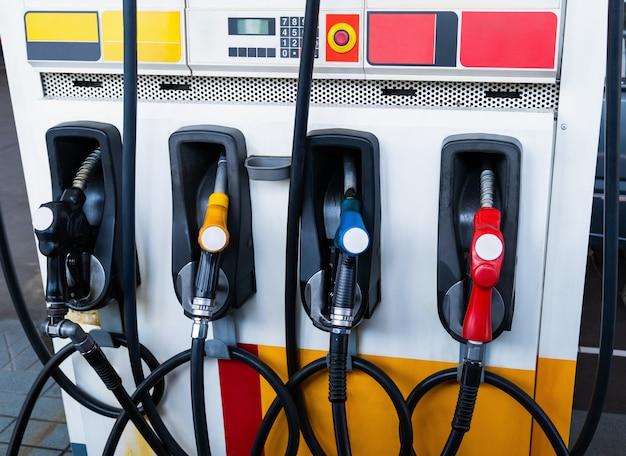 Distributori di olio o rifornimento di carburante presso la stazione di rifornimento