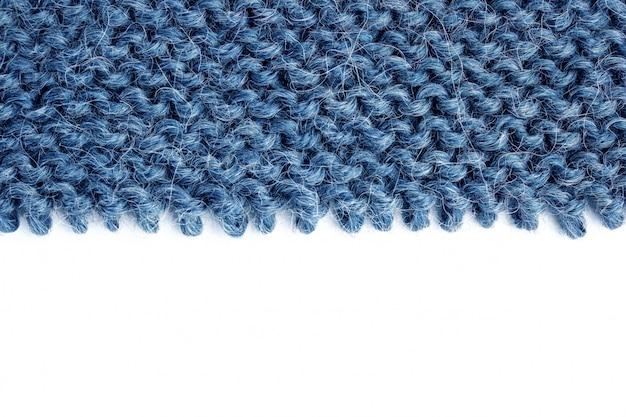 Districare il tessuto a maglia su bianco