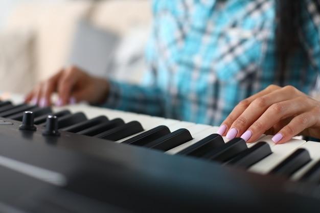 Dita del musicista sulla superficie del sintetizzatore di tasti piatti