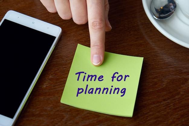Dito, adesivo e smartphone. tempo di iscrizione per la pianificazione