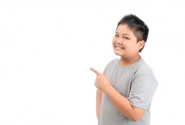 Dito puntato ragazzo grasso felice