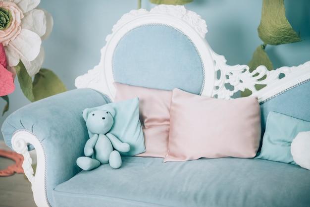 Divano blu con cuscini e giocattoli