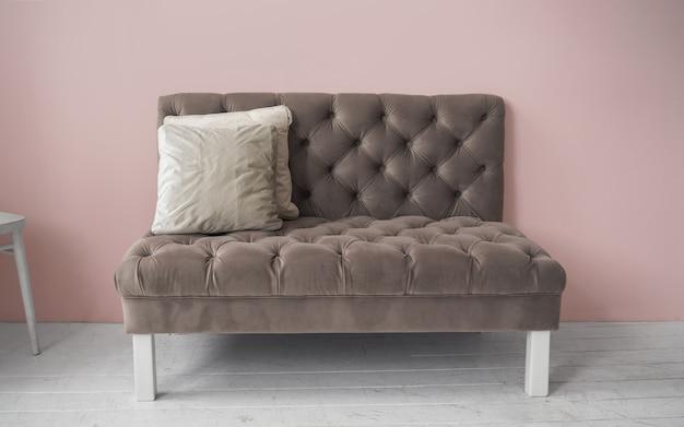 Divano classico in tessuto su pareti rosa