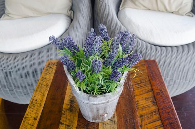 Divano del soggiorno con tavolino e fiori