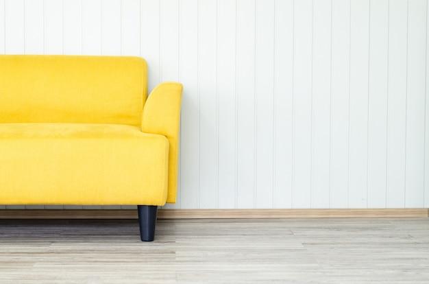 Divano giallo interno sul soggiorno