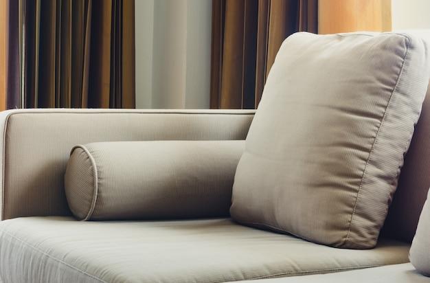 Divano in tessuto con cuscini in soggiorno, da vicino