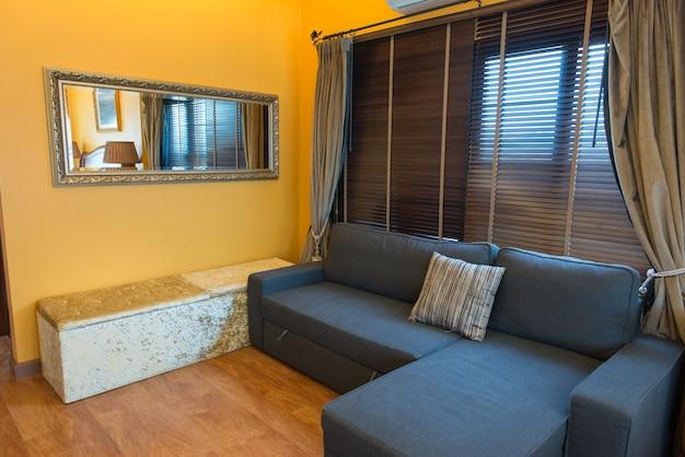 Divano per la seduta nel soggiorno giallo