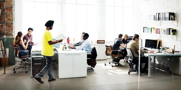 Divers gruppo di persone sta lavorando in ufficio