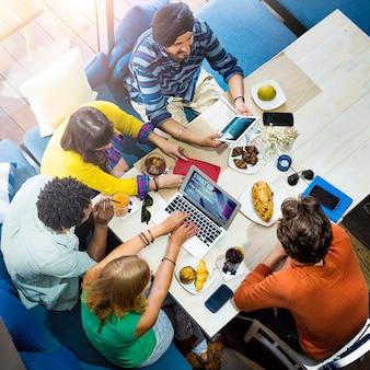 Diversa gente del gruppo che lavora insieme concetto
