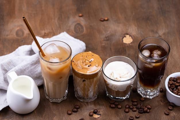 Diverse bevande alla moda con caffè freddo
