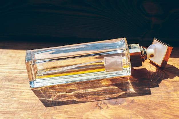 Diverse bottiglie di profumo