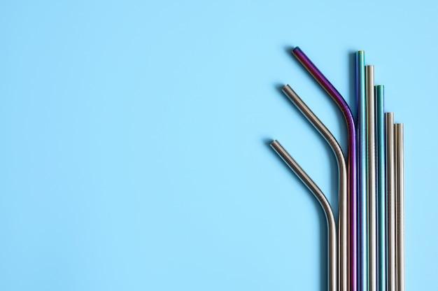 Diverse cannucce riutilizzabili in acciaio inossidabile in metallo su un blu