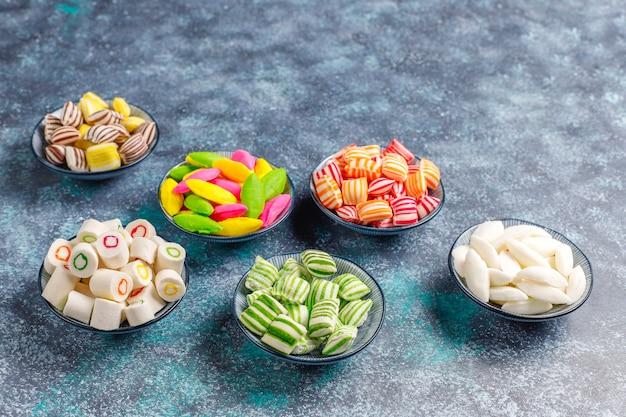 Diverse caramelle di zucchero colorate