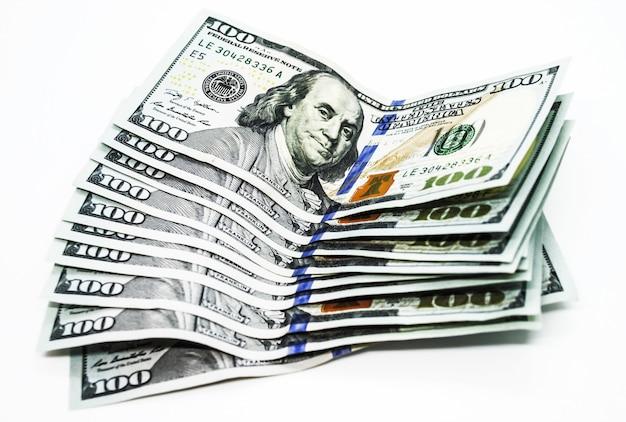 Diverse centinaia di banconote da un dollaro su uno sfondo bianco