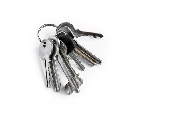 Diverse chiavi su un bianco isolato, le chiavi dell'appartamento.
