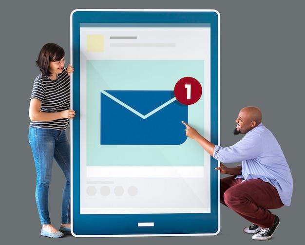 Diverse coppie in possesso di un tablet con grafica