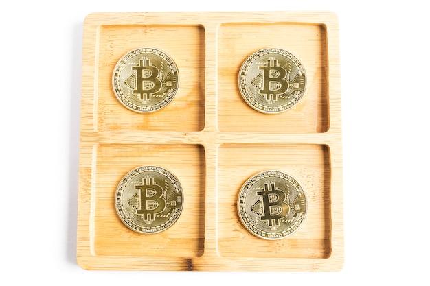 Diverse monete d'oro bitcoin all'interno di alcune ciotole di legno