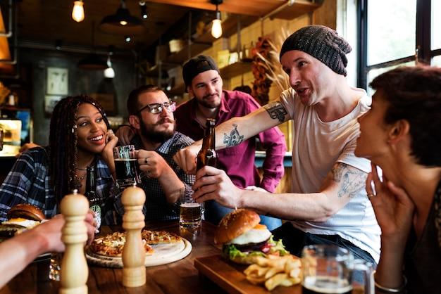 Diverse persone appendono fuori l'amicizia del pub