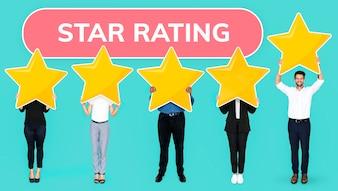 Diverse persone che mostrano il simbolo di valutazione a stelle dorata