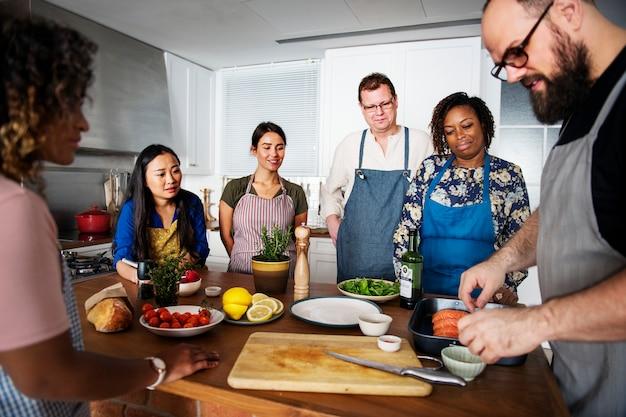 Diverse persone che si uniscono al corso di cucina