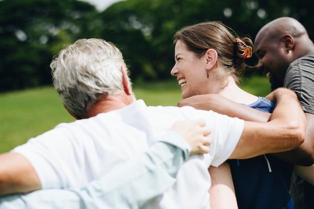 Diverse persone felici che godono nel parco