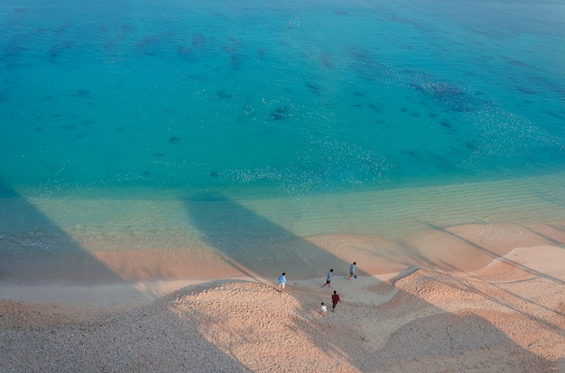 Diverse persone sulla spiaggia di kouki a nago sull'isola di okinawa in giappone.