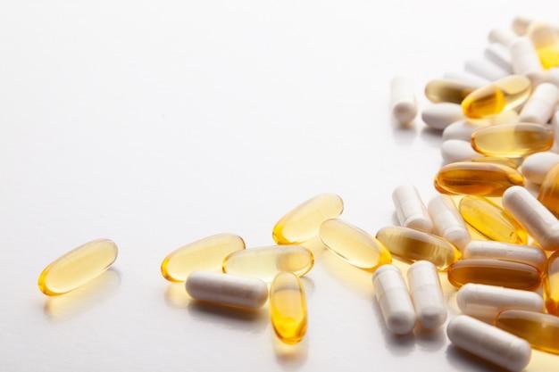 Diverse pillole su bianco