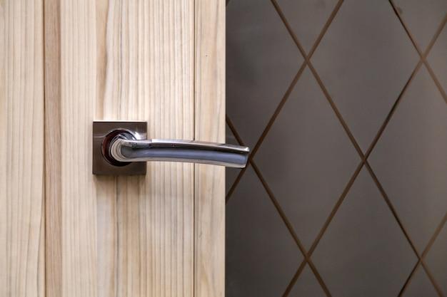 Diverse serrature e una maniglia. porta dell'hotel con manopola moderna