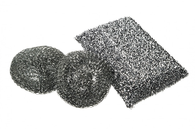 Diverse spugne metalliche per lavaggio stoviglie isolate