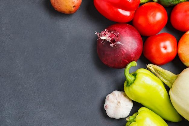 Diverse verdure crude su sfondo scuro. mangiare sano.