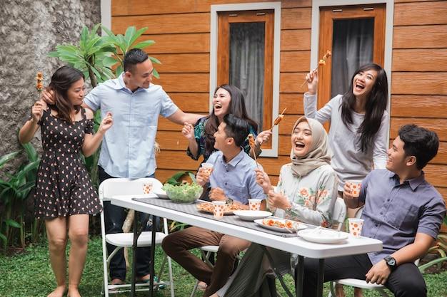 Diversi amici asiatici della gente che appendono insieme festa