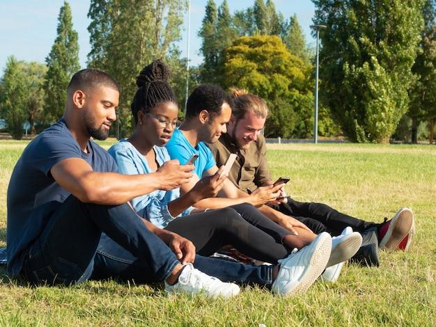 Diversi amici che condividono contenuti sui telefoni