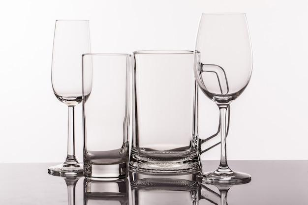 Diversi bicchieri trasparenti per bevande