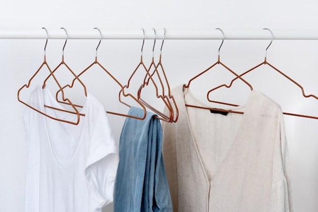 Diversi capi di abbigliamento femminile sul gancio aperto