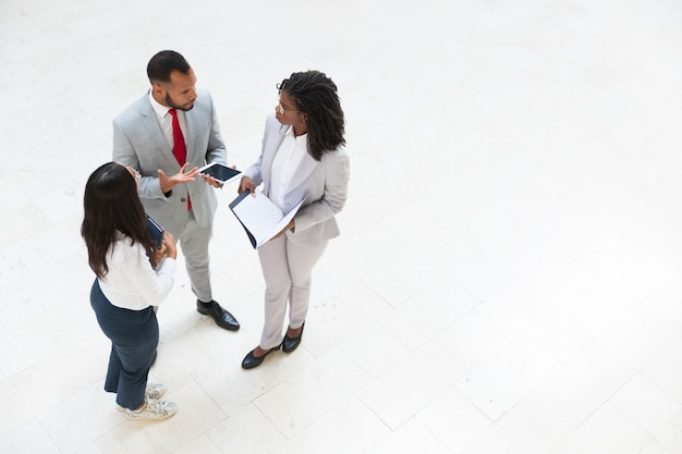 Diversi colleghi di lavoro che discutono di problemi di lavoro