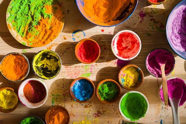 Diversi colori secchi brillanti in contenitori