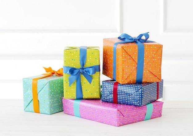 Diversi doni colorati con fiocco