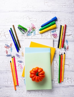 Diversi elementi decorativi colorati per studenti