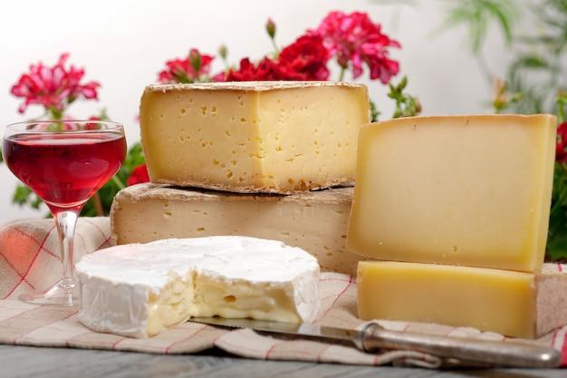Diversi formaggi francesi con un bicchiere di vino