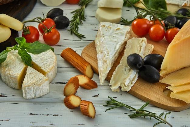 Diversi formaggi sul tavolo