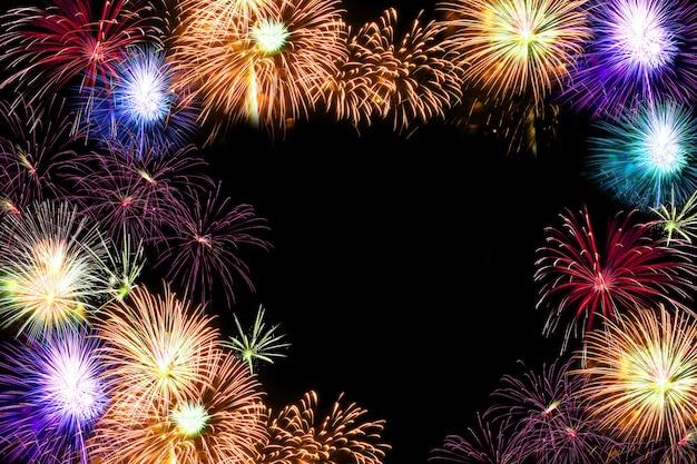 Diversi fuochi d'artificio accatastati. nel mezzo dello sfondo con copyspace
