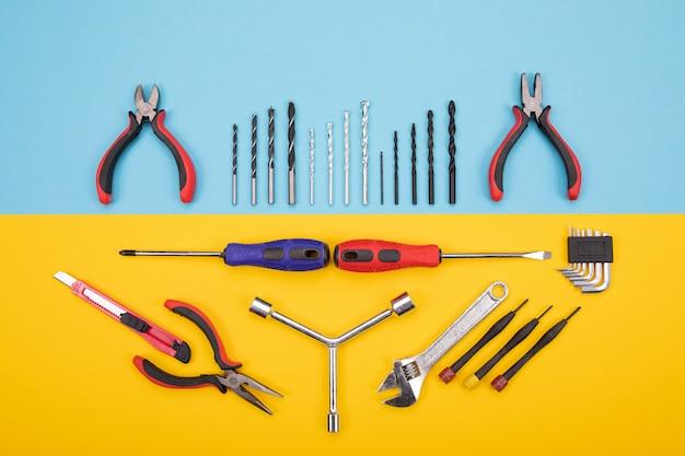Diversi kit di costruzione sono appesi