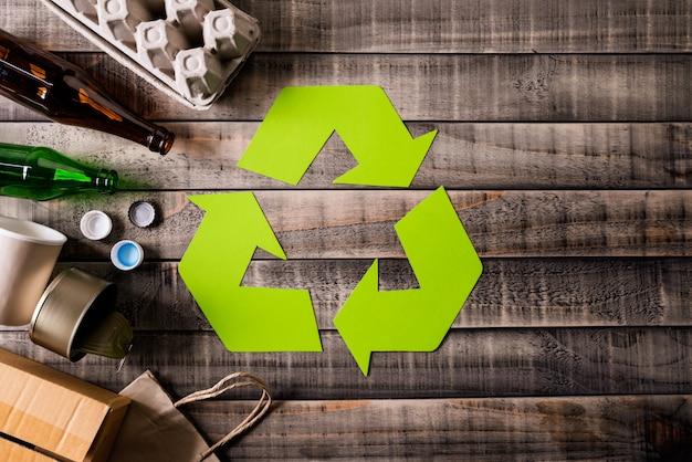 Diversi materiali di immondizia con il simbolo del riciclaggio
