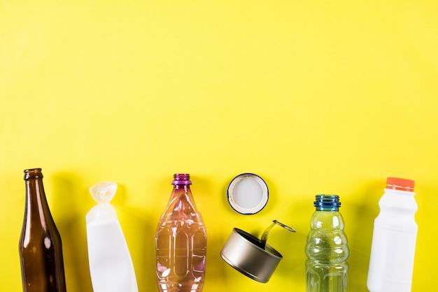 Diversi materiali di immondizia per il riciclaggio di sfondo