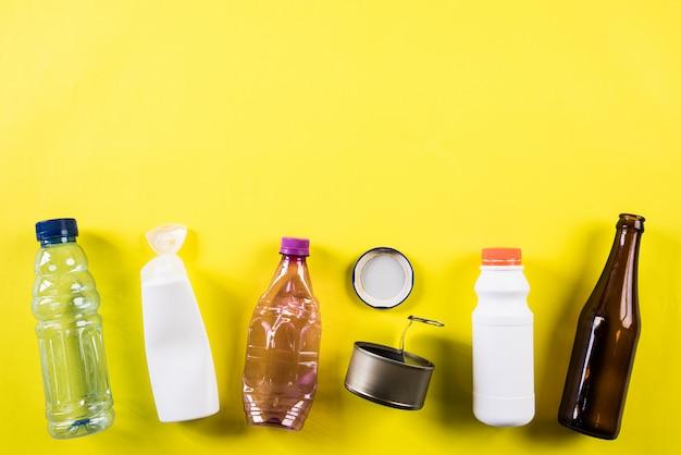 Diversi materiali di immondizia per il riciclaggio, il riciclaggio, l'ambiente e il concetto di eco