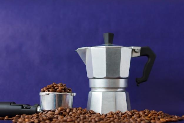 Diversi metodi di preparazione del caffè sullo sfondo viola. moka pot vs coffee tamper