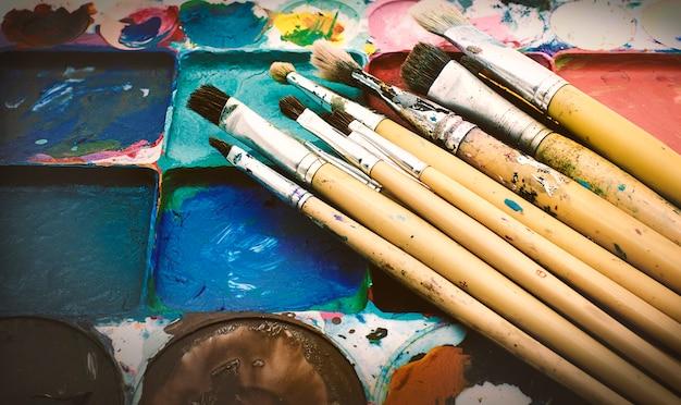 Diversi pennelli su sfondo bianco